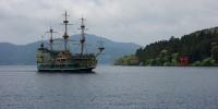 Jezero v Hakone a historická výletní loď.
