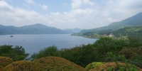 Pohled na Jezero v Hakone. Tady by byla vidět Fudžisan, kdyby nebyla mlha...