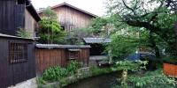 Dobové domy v severní části Gionu.