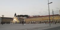 Pohled z Praça do Comércio směrem na Castelo de São Jorge