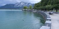 Mondsee pohled na promenádu okolo jezera