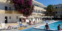 Rhodos - hotel Marathon - pohled na hotelový bazén a nejstarší budovu(?)