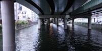 Silnice nad řekou v Tokyu poblíž Nihonbaši