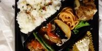 Bento - hotové jídlo v krabičce.