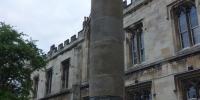 Z budovy po Římanech zůstal pouze tento sloup
